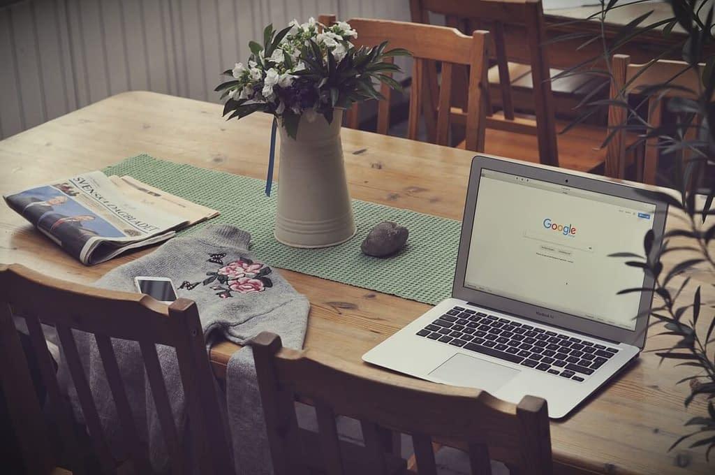 SEO-Texte schreiben am Schreibtisch mit Laptop und Google Startseite