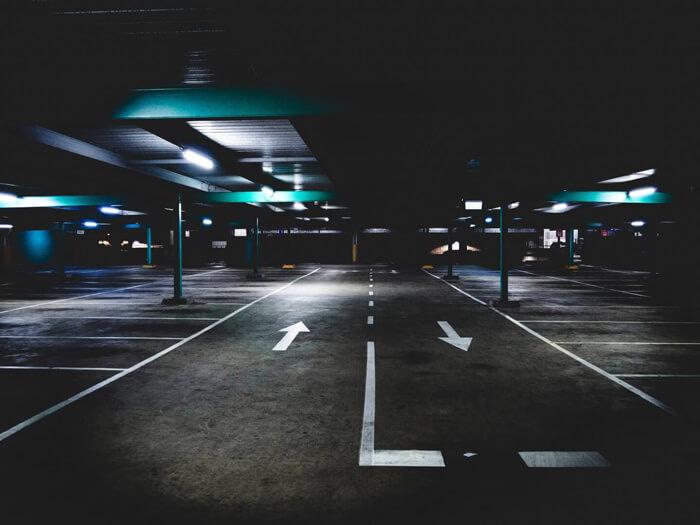 Parkhaus mit Richtungspfeilen
