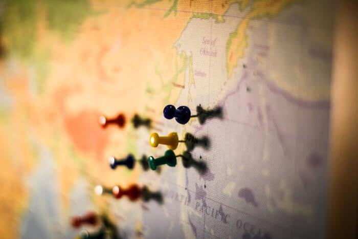 Karte mit bunten Pins
